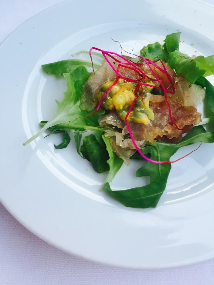 Carpaccio di ricciola marinata con germogli di rapa rossa e salsa di passion fruit